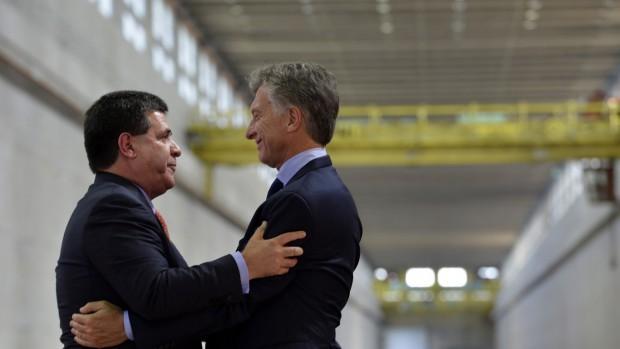 http://arbia.com.ar/imagenes/Macri_Cartes.jpg