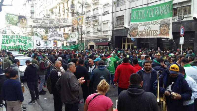 http://arbia.com.ar/imagenes/camioneros-embargo_.jpeg